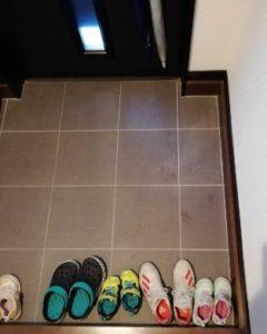 玄関には靴箱を置かない
